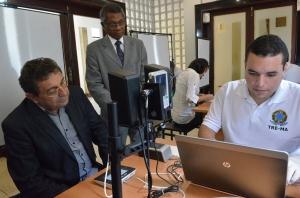 Bayma Ara�jo faz recadastramento eleitoral e � obsevado pelo presidente do TRE, Bernardo Rodrigues