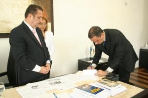Juiz Ernesto Guimarães assina termo, observado pelo corregedor