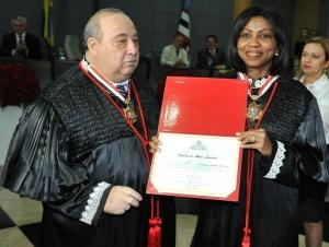 Angela Salazar foi condecorada pelo presidente do TJMA, desembargador Guerreiro Júnior, com Diploma e Medalha do Mérito Judiciário Antônio Rodrigues Vellozo (Foto Ribamar Pinheiro),