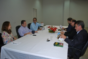CORREGEDOR ENTREGA PUBLICAÇÕES AOS JUÍZES DE CAXIAS