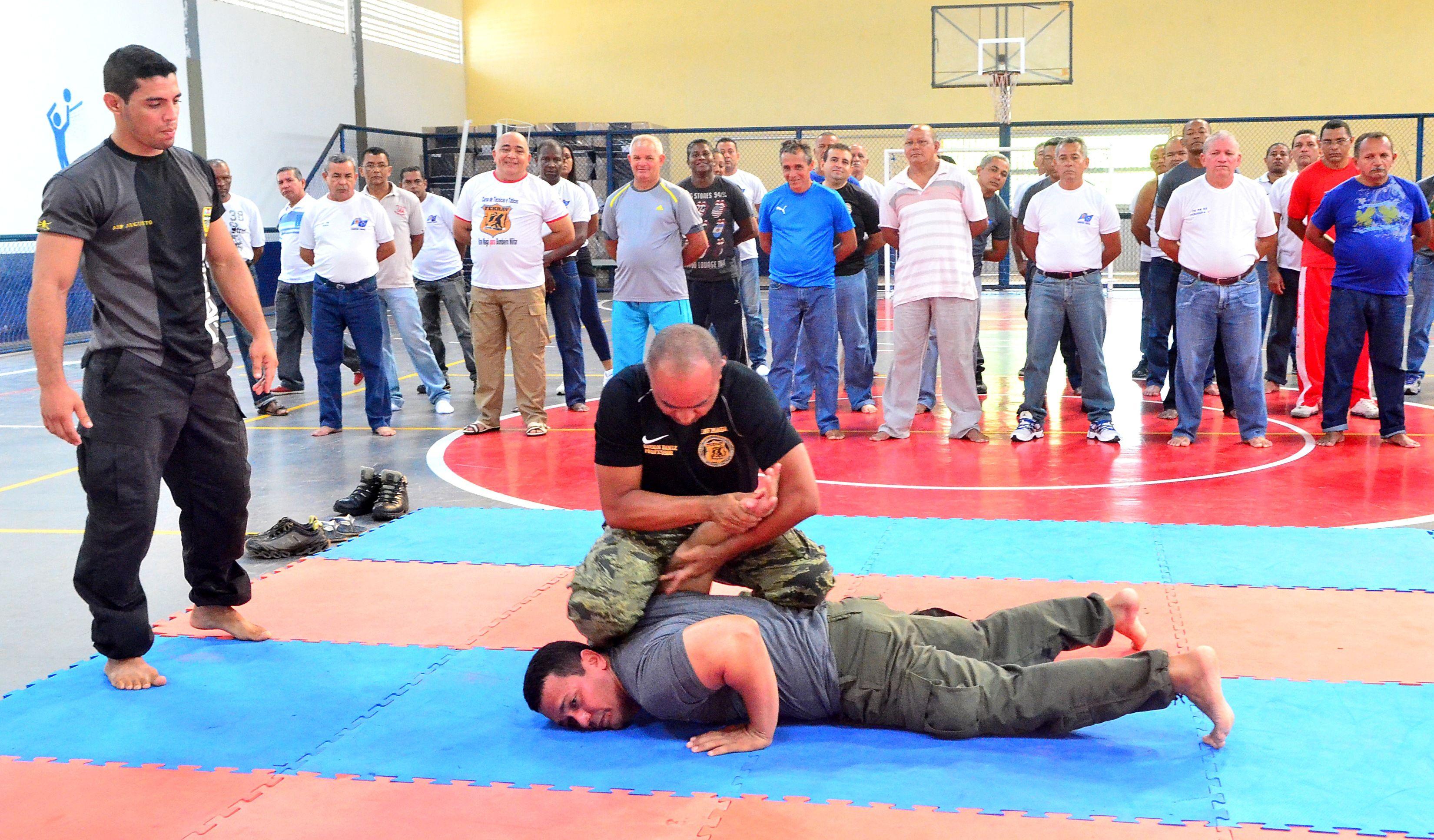O curso tem como objetivo aprimorar t�cnicas de defesa pessoal por meio de t�ticas de imobiliza��o e Krav Mag� (Foto: Ribamar Pinheiro)
