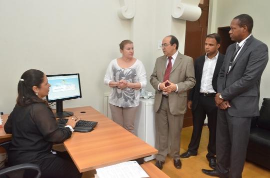 Os juízes Lúcia Helena Heluy, Márcia Chaves e Roberto Abreu são acompanhados pelo diretor de Infórmática, Jorge Oliveira, e Steferson Ferreira (Análise de Sistemas). (FOTO: Ribamar Pinheiro)