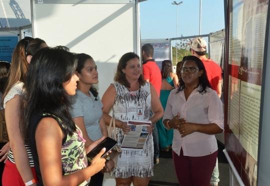 A historiadora do TJMA, Arlindyane Santos, e a coordenadora da Biblioteca, C�ntia Andrade, apresentam detalhes do projeto a estudanttes que visitaram a exposi��o (Foto Ribamar Pinheiro)