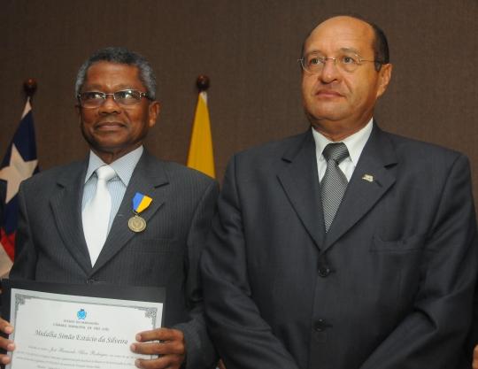 A comenda foi entregue ao desembargador Jos� Bernardo Rodrigues pelo vereador Pav�o Filho