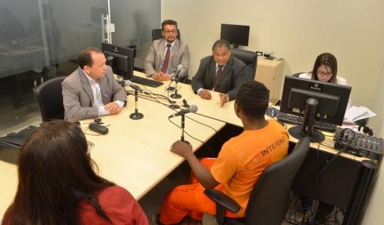 Na Cenrral de Inqu�ritos, os ju�zes Osmar Gomes e Ant�nio Luiz da Silva, ouvem depoimento de detento (Foto: Ribamar Pinheiro)