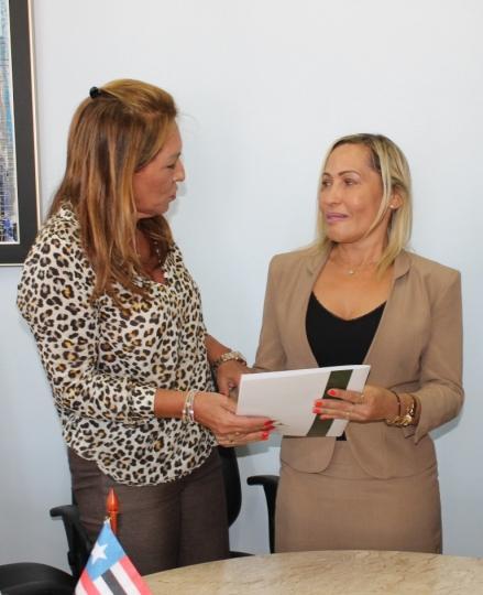 Foto AsscomCGJMA: Nelma Sarney entrega Termo de Exerc�cio � ju�za Maric�lia