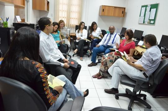Silvana Meneses (centro) exp�s detalhes da sua obra aos profissionais de comunica��o do TJMA. (Foto: Ribamar Pinheiro)