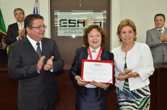 O diretor da ESMAM, desembargador Jamil Gedeon, presidiu a solenidade, ao lado da presidente do Tribunal de Justi�a, desembargadora Cleonice Freire (Foto: Ribamar Pinheiro)
