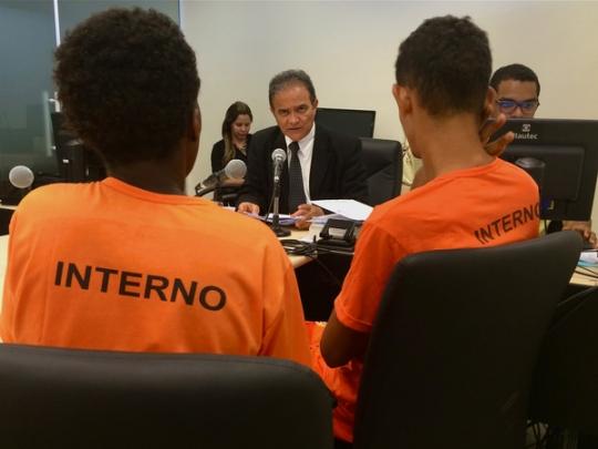 Foto: Juiz Fernando Mendonça durante audiência de custódia
