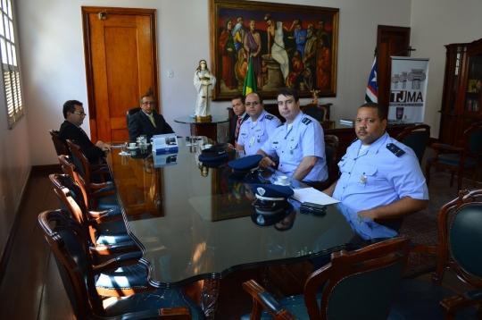 O desembargador Raimundo Barros recebeu os oficiais da Aeron�utica no gabinete da Presid�ncia