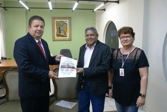 Des. Jamil Gedeon entrega o relat�rio ao juiz Carlos Dutra, ao lado da secret�ria-geral Marilse Medeiros