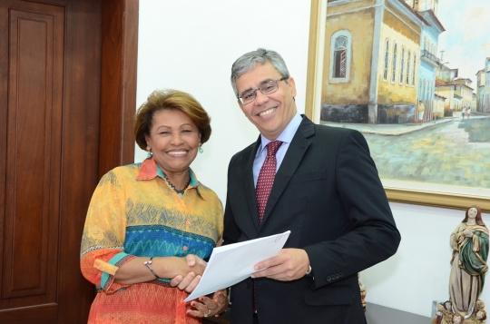Paulo Velten (ouvidor-geral) entregou ata da audi�ncia de Imperatriz � vice-presidente do TJMA, Anildes Cruz