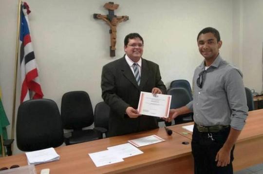 Juiz Rogério Monteles entregando documento a conciliador