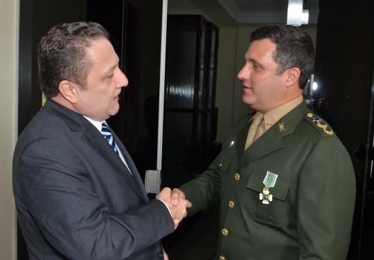 Presidente do TJMA, desembargador Cleones Cunha cumprimentando o comandante do 24� BIL, Tenente Coronel Frederico de Azevedo (FOTO: Ribamar Pinheiro)