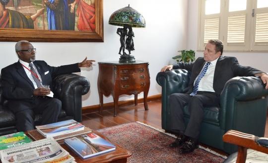 Presidente do TJMA conversa com o diretor nacional da Cruz Vermelha. Foto: Ribamar Pinheiro/ TJMA