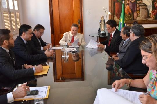 Autoridades assinam o convênio em reunião na Presidência do TJMA. Foto: Ribamar Pinheiro/TJMA