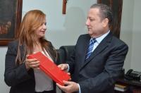 Professora entregou a publicação da pesquisa ao presidente do TJMA. Foto: Ribamar Pinheiro/TJMA