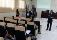 Des. Paulo Velten (diretor da Esmam) apresenta os palestrantes do curso, os juízes Sérgio Ricardo Souza e Gisele de Souza Oliveira. (Divulgação)