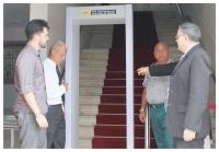 Juiz José Américo acompanha a instalação do sistema na entrada da CGJ.