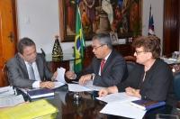Diretor da Esmam, desembargador Paulo Velten, e a secretária-geral Marilse Medeiros, apresentam o parecer do CEE ao presidente do TJMA