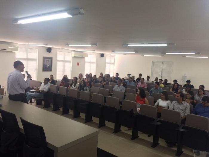 O juiz Francisco Ronaldo Maciel (1a. Vara Criminal de São Luís) ministra o conteúdo do curso aos servidores da justiça estadual
