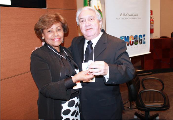 Corregedora Anildes Cruz entrega arquivo eletrônico do Relatório de Atividades ao presidente do CCOGE, desembargador Manoel Calças. (Foto: Asscom CGJMA).