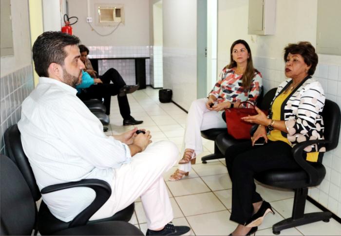 Corregedora Anildes Cruz conversa com o juiz Paulo Ribeiro, em Vargem Grande.