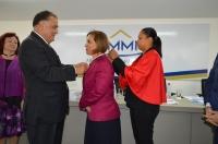 O desembargador Jorge Rachid entrega a medalha