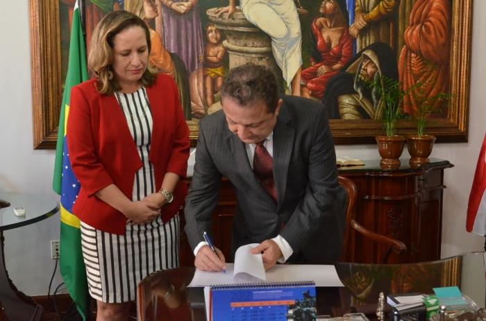 Presidente Cleones Cunha empossa nova titular da 2ª Vara da Família de Açailândia. Foto: Ribamar Pinheiro/ TJMA