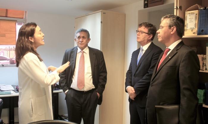 A chefe do Laboratório, Clarissa Macatrão, explica ao Ministro a dinâmica de atendimentos e realização dos exames de DNA.