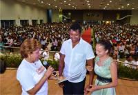 Corregedora entrega certidão de casamento aos noivos mais jovens, durante edição 2016 do projeto. (Foto: Ribamar Pinheiro).