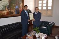 A placa de agradecimento foi entregue pelo presidente do Sinduscon no gabinete da Presidência do TJMA