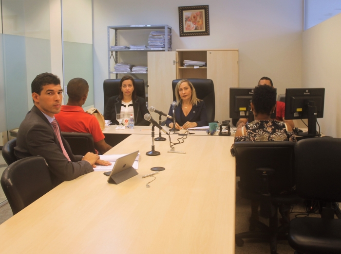 Juiza Maricélia Gonçalves preside audiência na manhã desta segunda (20), ao lado da  promotora de Justiça, Márcia Haidê, e do defensor público, Diego Ferreira.