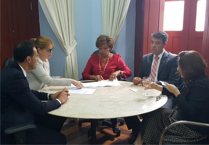 A corregedora Anildes Cruz e a diretora-geral do DETRAN, Larissa Abdalla Britto, discutiram a parceria durante reunião.
