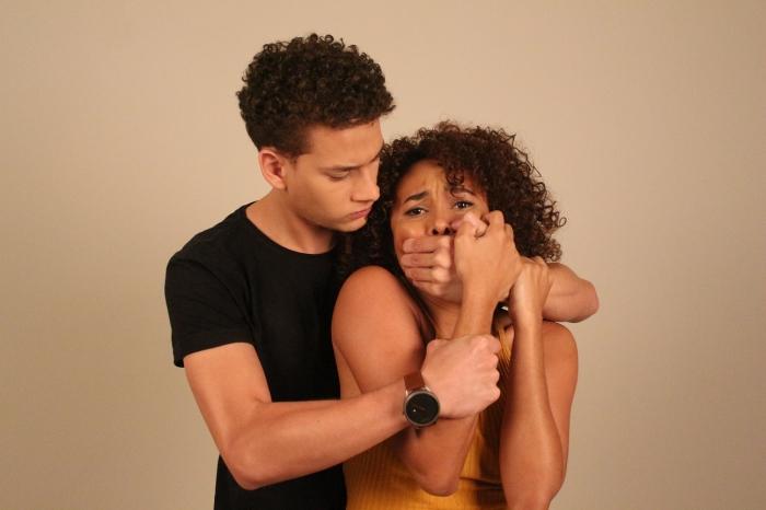 Bailarinos encenam ato de violência contra a mulher. (Foto: Josy Lord).