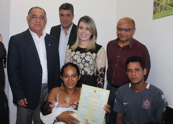 Autoridades com casal e recém-nascido que recebeu Registro Civil com número de CPF em Itapecuru-Mirim.