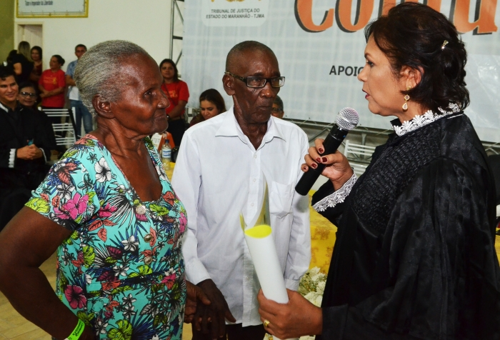 A juíza Edeuly Silva celebrou o primeiro casamento especial da noite, com noivos de 86 anos de idade. (Foto: Ribamar Pinheiro/TJMA).