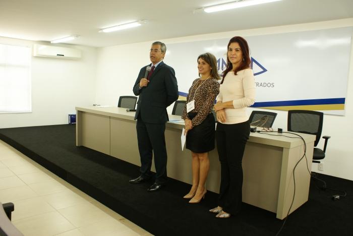 O diretor da Esmam, desembargador Paulo Velten; e a diretora de RH, Mariana Clementino, apresentaram a palestrante aos servidores