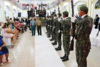 Honras militares na abertura do casamento.