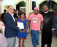 Desembargador Jorge Rachid entrega certidão de casamento a casal especial.
