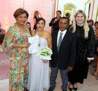 Desembargadora Anildes Cruz entrega certidão de casamento ao primeiro casal inscrito.
