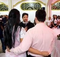 Juiz Artur Gustavo celebra a união do último casal a se inscrever.