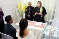Juíza celebra casamento dos noivos após nascimento do filho.