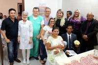 Juíza, casal, bebê e equipe médica após casamento.