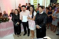 Juízes com o casal especial que foi o último a se inscrever.