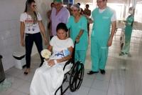 Noiva saiu direto da sala de parto para casar.