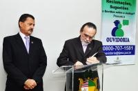 O desembargador José Luiz Almeida assina o termo de posse ao lado do presidente do TJMA, desembargador Joaquim Figueiredo (Foto: Ribamar Pinheiro)