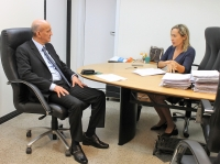 Juíza da 1ª Vara da Mulher, Maricélia Gomes, apresenta dados ao corregedor-geral. (Foto: Josy Lord).