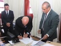 Marcelo Carvalho, corregedor-geral, assina Termo de Posse e Exercício do juiz José de Ribamar Serra (Foto: Josy Lord).