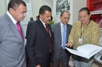Coordenadora da Biblioteca do TJMA apresenta algumas das publicações organizadas pelo setor (Foto: Ribamar Pinheiro)